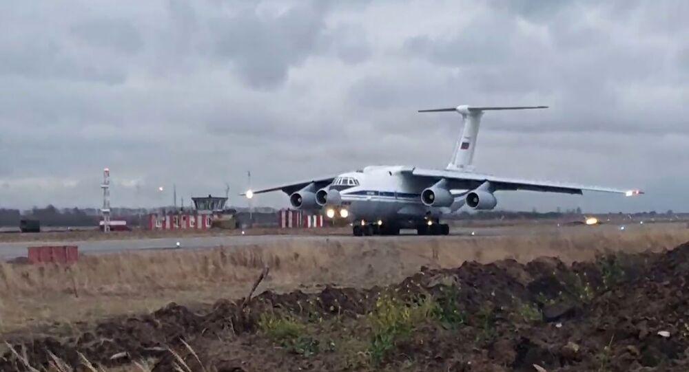 Décollage d'un Il-76 avec les soldats de la paix russes vers le Haut-Karabakh