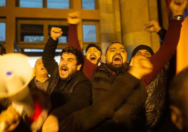 Manifestation à Erevan après l'annonce d'un accord de paix sur le Haut-Karabakh (9 novembre 2020)