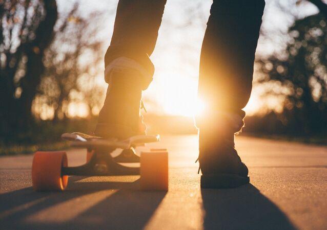 Skateboard, jeunes gens (image d'illustration)
