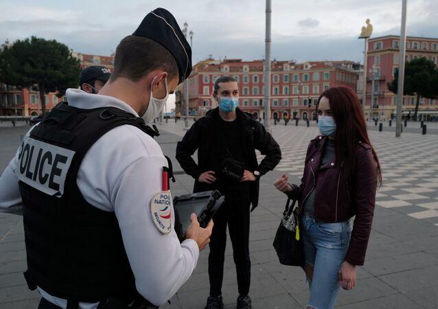 Des policiers contrôlent des passants à Nice