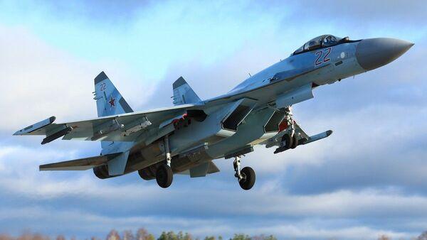 Отработка ведения высокоманевренного воздушного боя экипажами новейших истребителей Су-35С ЗВО - Sputnik France
