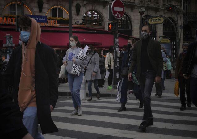 Des gens portant des masques à Paris