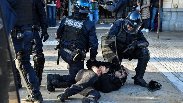 Interpellation par la police lors d'une manifestation - Sputnik France