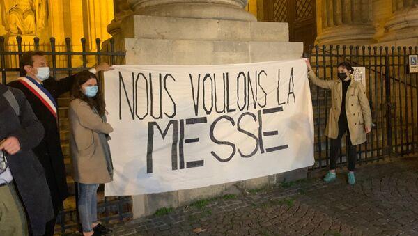 «Nous voulons la messe à Paris»: une messe à ciel ouvert se tient sur le parvis de l'église Saint-Sulpice - Sputnik France