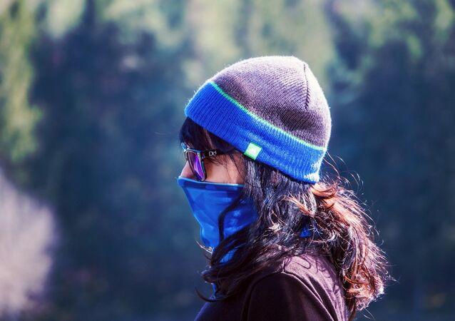 Une femme en masque