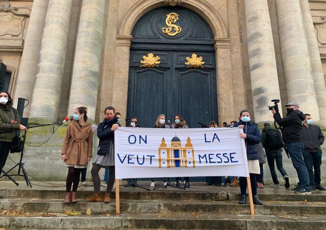 Des centaines de catholiques se sont réunis ce dimanche à Versailles pour demander le retour de la messe