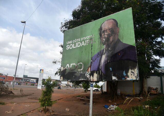Une affiche vandalisée du Président Alassane Ouattara, témoin des violences postélectorales en Côte d'Ivoire