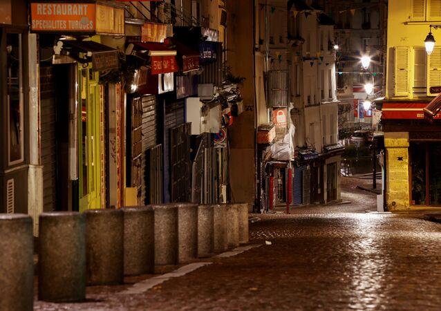 Rues vides à Paris après le reconfinement