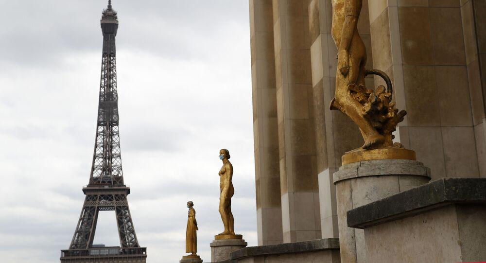 Statues masquées avec la Tour Eiffel en arrière plan