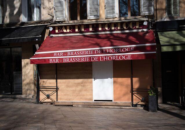 Bar fermé dans le centre d'Aix-en-Provence, mars 2020
