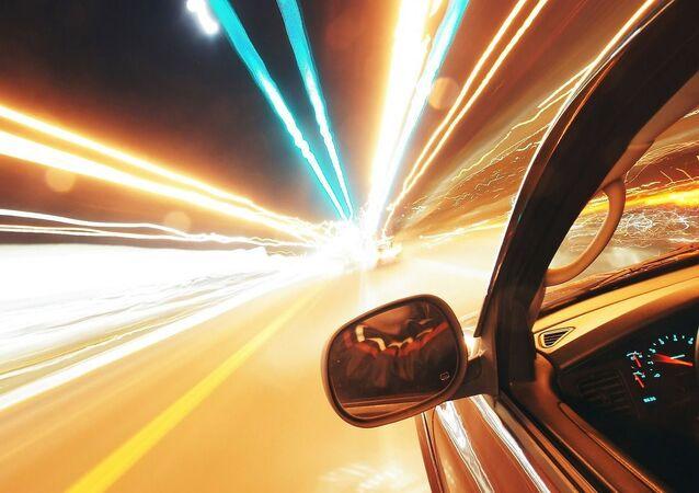 Une voiture roule à pleine vitesse