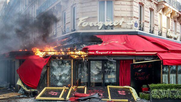 Le restaurant Fouquet's  incendié à Paris  - Sputnik France