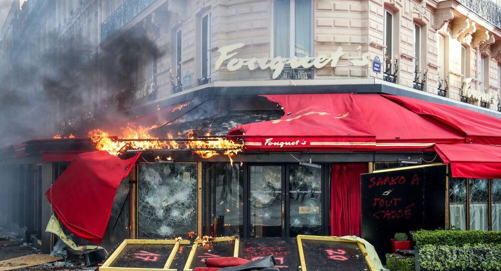 Le restaurant Fouquet's  incendié à Paris