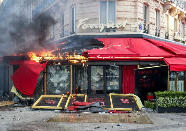 Le restaurant Fouquet's  incendié à Paris