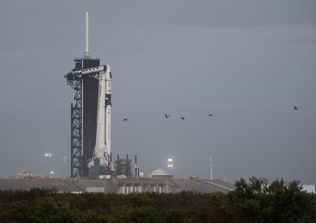 Une fusée Falcon-9 sur la rampe de lancement