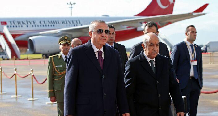 Le Président turc Recep Tayyip Erdogan est accueilli à sa descente de l'avion par le Président algérien Abdelmadjid Tebboune lors de sa visite à Alger, le 26 janvier 2020.