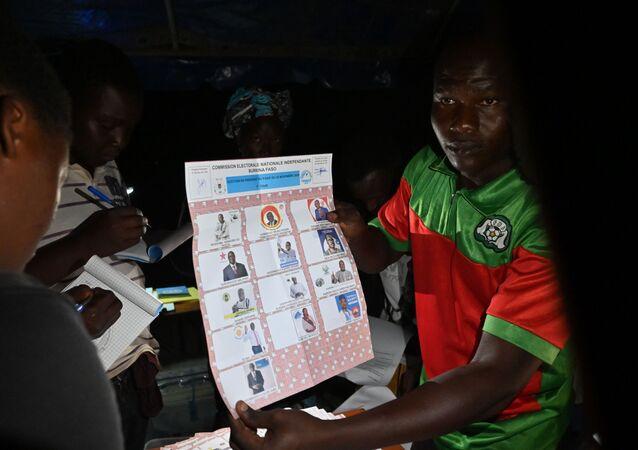 Dépouillement des bulletins de vote au Burkina Faso