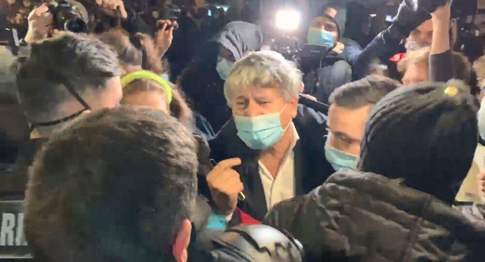 Le député LFI Éric Coquerel lors de l'évacuation du campement de la place de la République, le 23 novembre 2020