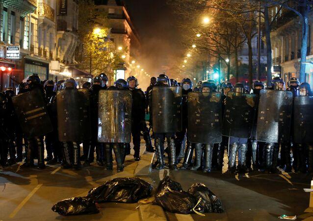 La police en action lors de l'évacuation de la place de la République
