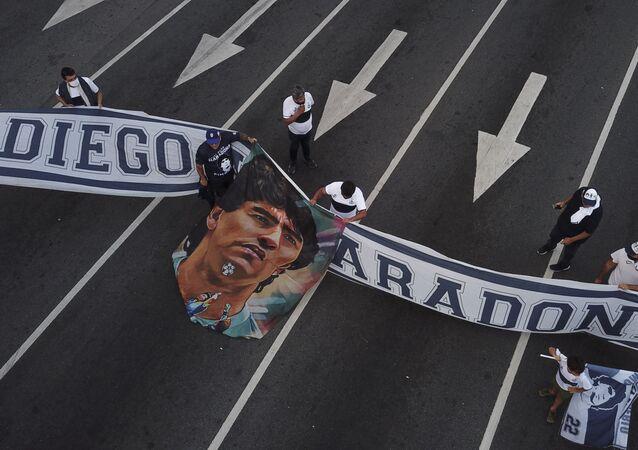 Des fans de la star défunte brandissent une banderole