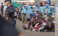 Des migrants sur le port de Gran Canarias, dans les îles Canaries