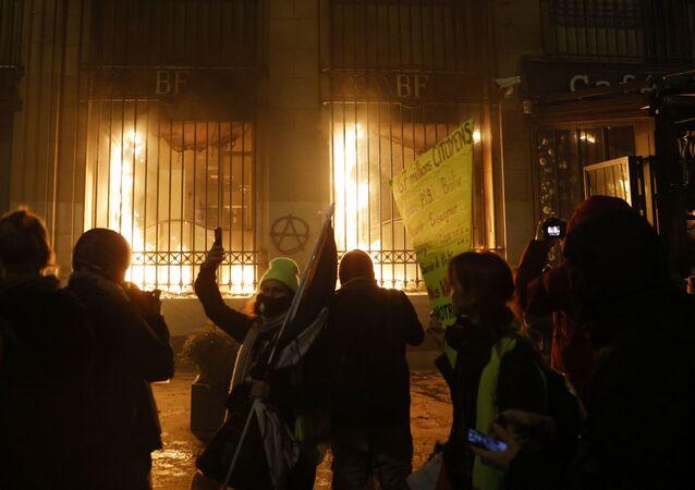 La façade de la Banque de France en feu à Paris