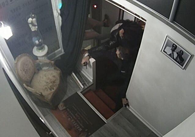 Capture d'écran d'une vidéo montrant des policiers frapper Michel Zecler