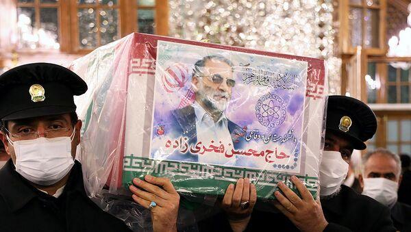 Le cercueil du scientifique nucléaire iranien Mohsen Fakhrizadeh, porté à Mashhad, en Iran, le 29 novembre 2020 - Sputnik France