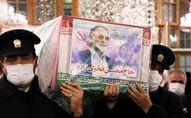 Des serviteurs du sanctuaire de l'Imam Reza portent le cercueil du scientifique nucléaire iranien Mohsen Fakhrizadeh, à Mashhad, Iran, le 29 novembre 2020. Massoud Nozari/WANA (West Asia News Agency) via REUTERS ATTENTION EDITORS - CETTE IMAGE A ETE FOURNIE PAR UN TIERS