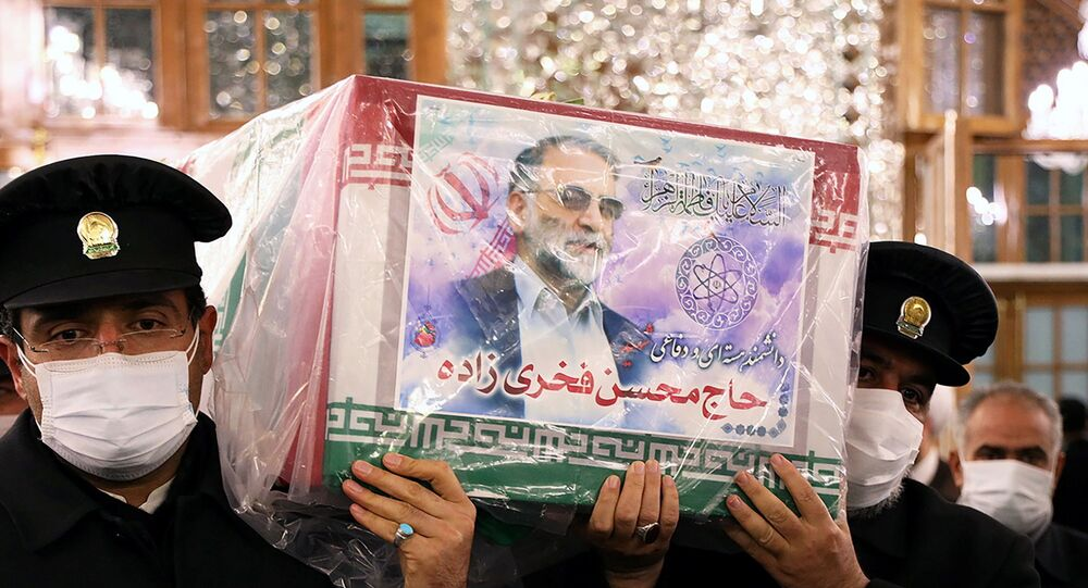 Des serviteurs du sanctuaire de l'Imam Reza portent le cercueil du scientifique nucléaire iranien Mohsen Fakhrizadeh, à Mashhad, Iran, le 29 novembre 2020. Massoud Nozari/WANA (West Asia News Agency) via REUTERS ATTENTION EDITORS - CETTE IMAGE A ETE FOURNIE PAR UN TIERS