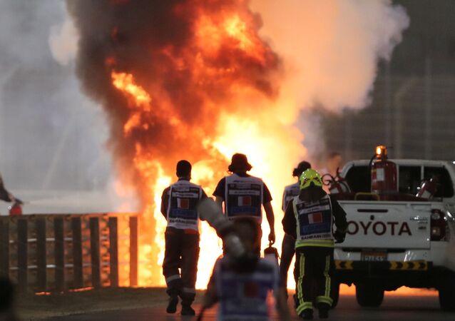 La monoplace de Romain Grosjean en feu après l'accident lors du Grand Prix de Bahreïn