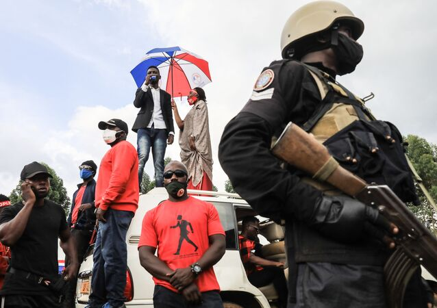 Le musicien et opposant politique ougandais Bobi Wine s'adresse à ses militants depuis le toit d'une voiture