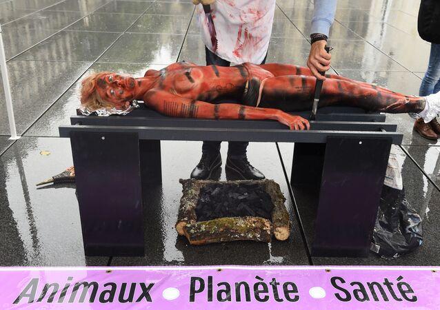 Une activiste vegan en démonstration à Paris