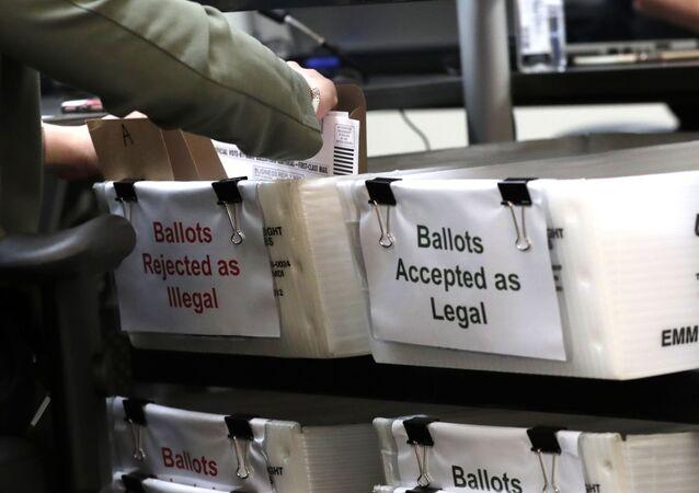 Un bulletin de vote par correspondance lors de la présidentielle américaine 2020 (archive photo)