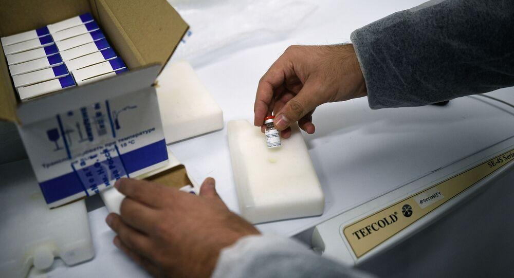 Un employé du Centre russe Gamaleïa prépare un lot de vaccins Spoutnik V à l'envoi à l'étranger