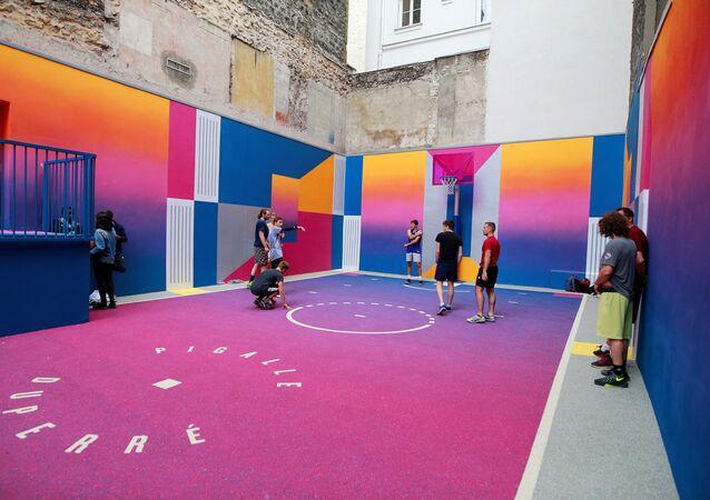 Des jeunes jouent au basket-ball sur le terrain de jeu de Duperre Pigalle à Paris, le 29 juin 2017. (Photo de Benjamin Cremel / AFP)