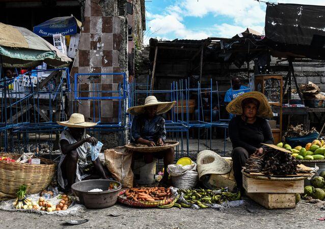 Des femmes vendent des légumes et des fruits au marché de Port-au-Prince, Haïti