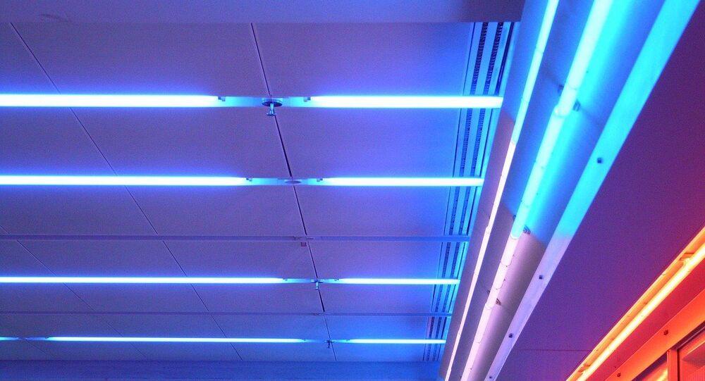Un plafond avec des néons