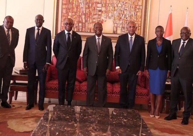 Le Président Alassane Ouattara entouré de ses collaborateurs et du président de la BOAD au palais présidentiel