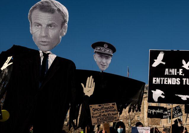 Des manifestants tiennent des pancartes à l'effigie d'Emmanuel Macron et de Didier Lallement lors d'une manifestation contre la loi Sécurité globale, le 28 novembre 2020