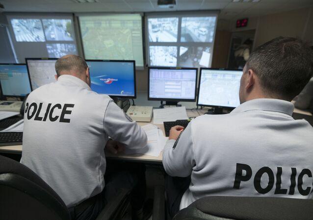 Des policiers contrôlent la vidéo au siège de la police de Strasbourg