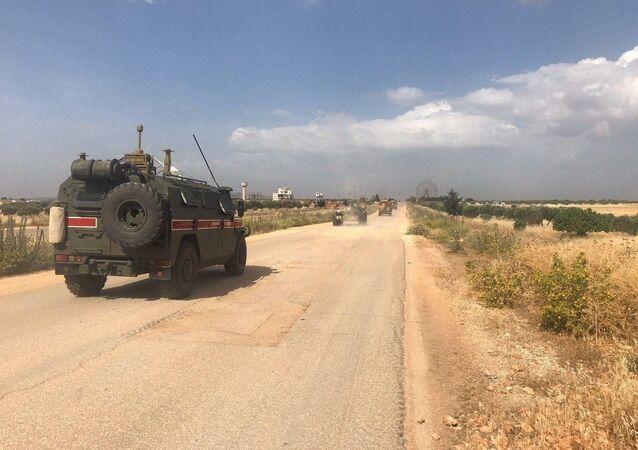 Des véhicules blindés russes dans le gouvernorat d'Idlib