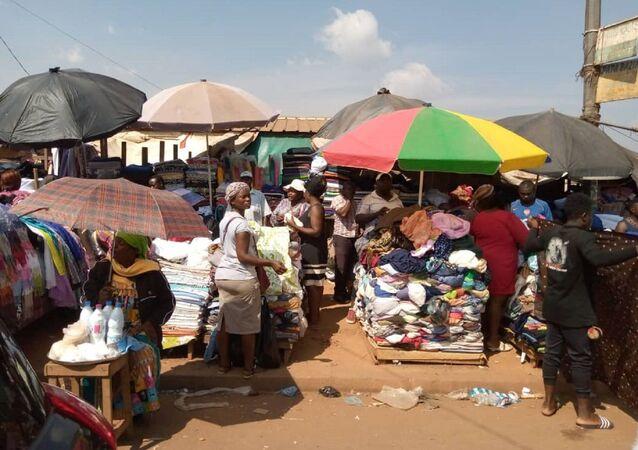 Marché de vêtements au Cameroun