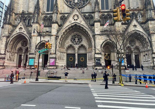 Quartier bouclé près de la cathédrale Saint-Jean de New York où un homme a ouvert le feu, le 13 décembre 2020