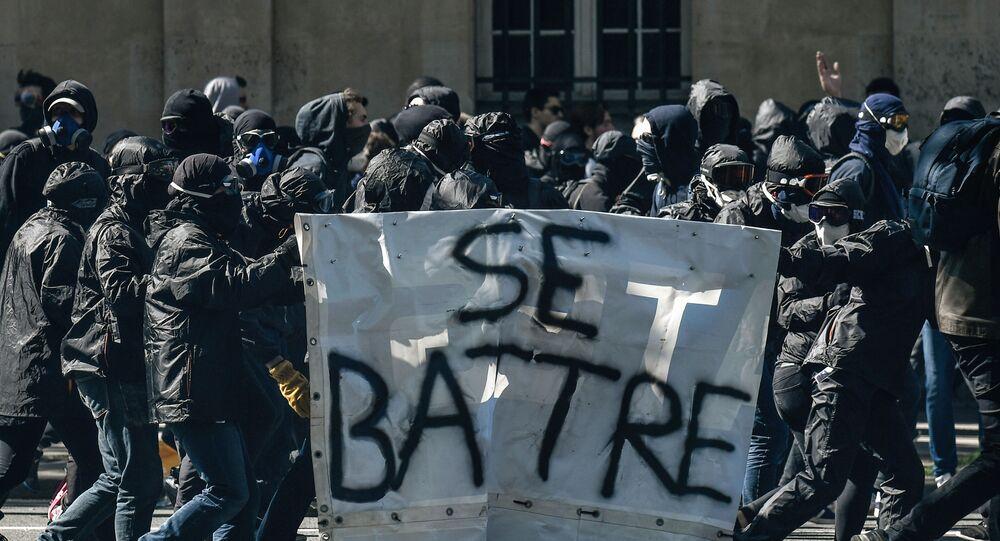 Un groupe de Black blocs en France lors d'une manifestation, en avril 2018