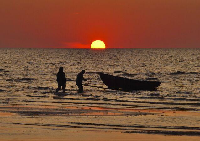 Coucher du soleil à une plage