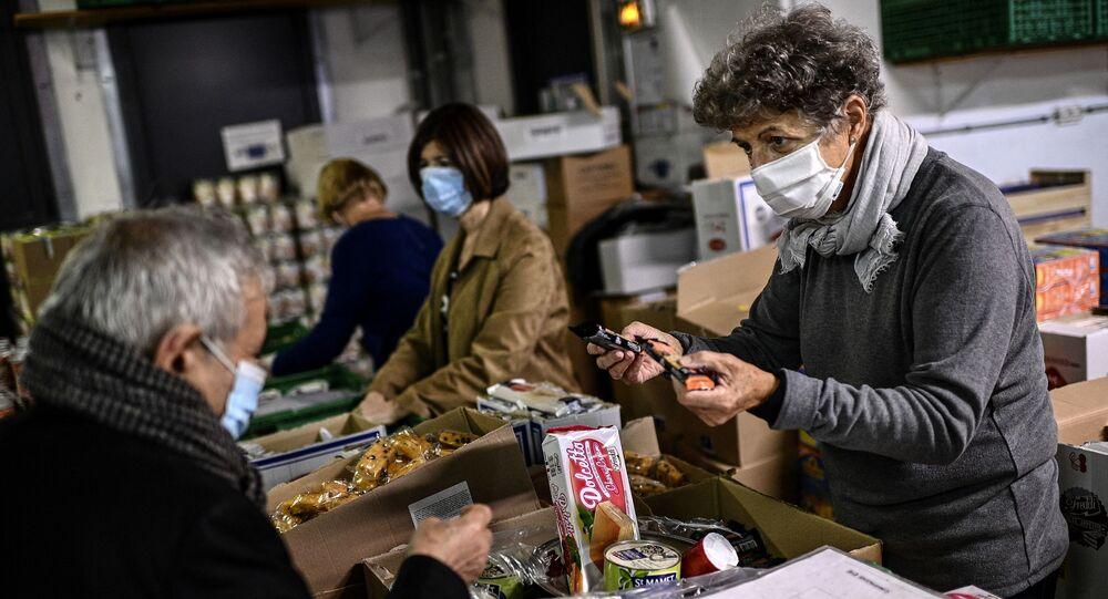 Un volontaire de l'association «Les Restos du Coeur» distribue de la nourriture à Paris
