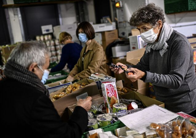 Un volontaire de l'association «Les Restos du Coeur» distribue de la nourriture à Paris