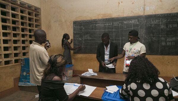 Comptage des bulletins dans un bureau de vote à Yaoundé, Cameroun. - Sputnik France
