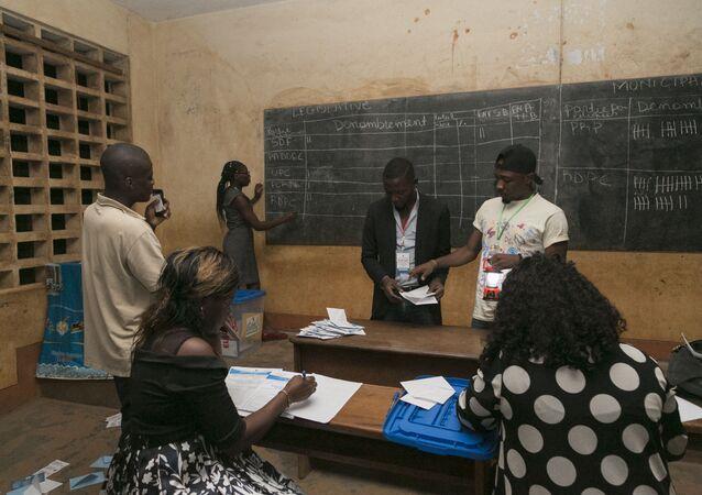 Comptage des bulletins dans un bureau de vote à Yaoundé, Cameroun.